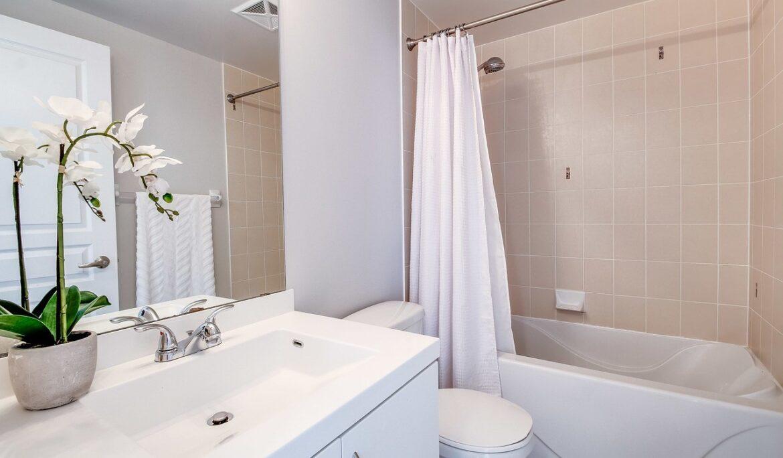Nebojte se pověsit v koupelně sprchové závěsy! Rozsvítí se a ještě zůstane suchá